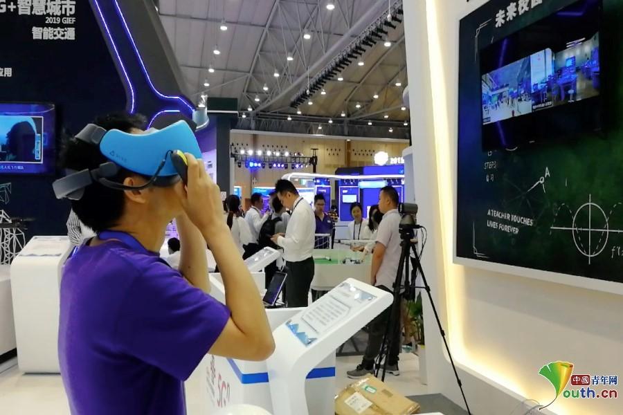 探访成都创交会5G生态馆 3D全息投影通话 AI机器人亮相 精彩纷呈